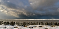 Sneeuwbui boven de Waddenzee